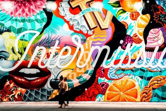 En la imagen los usuarios pueeden vre una fotografia de graffiti abstracto profesional con multitud de colores y realizado en una fachada de la ciudad de valenica