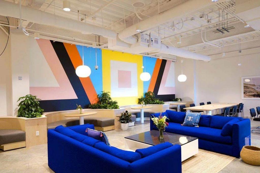 Mostramos en esta imagen un salón decorado con un ejemplo de graffiti geometrico, este espacio fue decorado por nuestros pintores de graffiti profesionales en Madrid