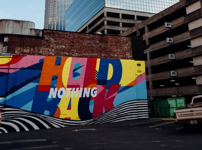 Este graffiti gemétrico se realizó en la fachada de una tienda de ropa en Valencia por Mokita Walls