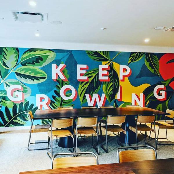 En la imagen podemos ver un graffiti para negocios y comercios realizado por Mokita Walls en Madrid en el año 2021, es un mural decorativo muy bonito y colorido. Es un trabajo muy profesional y elaborado como se puede ver en la fotografía.